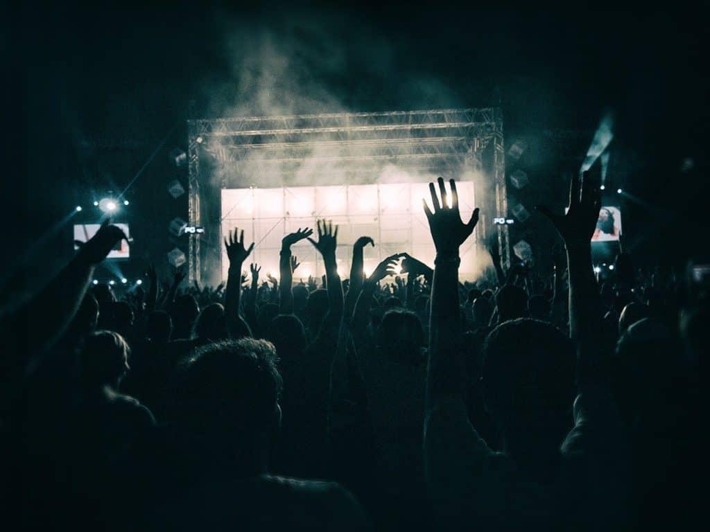 ידיים מורמות באוויר במהלך הופעה